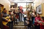 V Náchodě se letos poprvé zpívalo ve staré radnici. Opět s kapelou Klapeto.