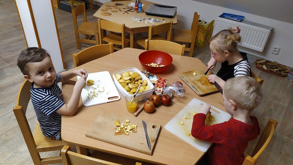 Do pečení se zapojily i děti z MŠ Velké Petrovice.