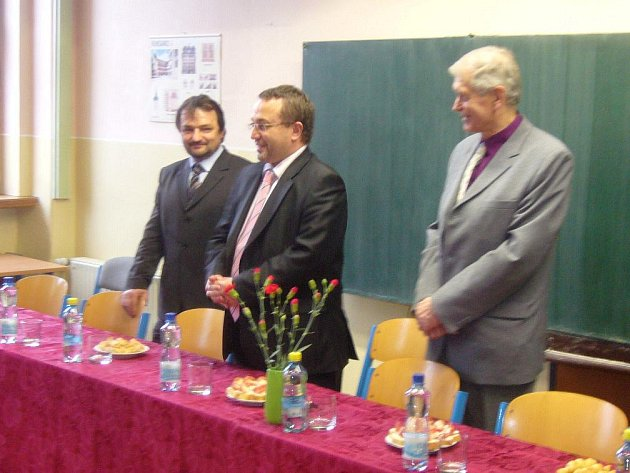 Ministr školství Josef Dobeš (uprostřed) v učebně broumovského gymnázia.