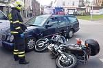 Nehoda auta s motorkou skončila zraněním