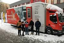 Projekt Ministerstva průmyslu a obchodu Tour for the Future – Pojízdná učebna techniky zavítal do Královéhradeckého kraje. První zastavení pojízdné učebny se uskutečnilo vNáchodě před základní školou vPlhově.