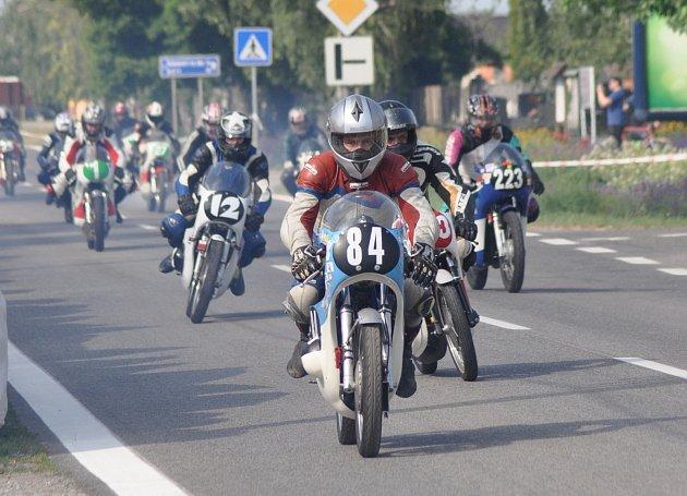 ZÁVODNÍK AMK Police Miloš Thér vyhrál ve slovenských Kopčanech třídu 175ccm.