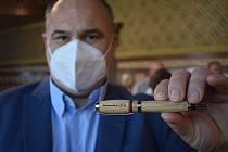 Jan Birke vložil do schránky starostenské pero. Udělal tím symbolickou tečku za covidem.