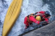 Ve splavu uvízla převrácená loď. Na souš ji dostali hasiči.
