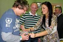 David Novotný, organizátor charitativních akcí, předal v pondělí 25. října odpoledne společně s Jitkou Válkovou, Českou Miss 2010, dárky dětskému oddělení Oblastní nemocnice Náchod, a.s.