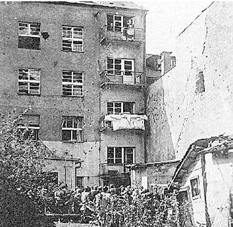 JEDEN ZDOMŮ VNÁCHODĚ poškozených palbou německých stíhačů tanků Hetzer.