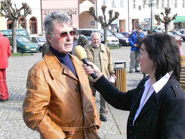 Na to, co obyvatele v jejich městě trápí se ptala moderátorka včerejšího odpoledne Jiřina Mužíková. Na snímku jí odpovídá Jan Dojiva.