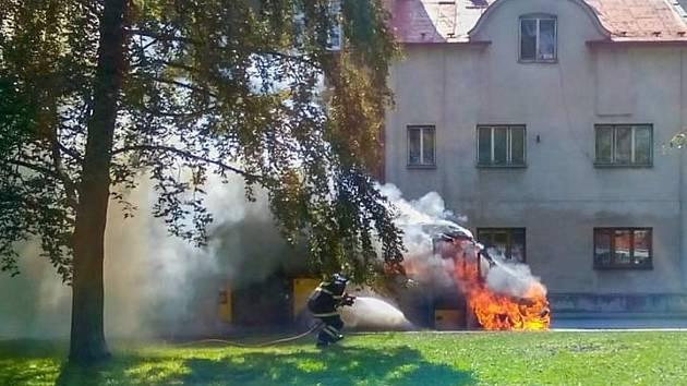 Hasiči nasadili vodní proudy a oheň se jim během krátké doby podařilo uhasit. Přesto došlo k úplnému zničení autobusu a celková vzniklá škoda přesáhne částku milion korun.