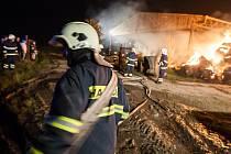 Rozsáhlý požár stohu s lisovanou slámou ve Slavětíně nad Metují.