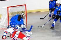 Obětavost i nasazení dovedly hokejbalisty NA Rangers (ve světlém) k vítězství ve čtvrtfinálové sérii nad Českou Třebovou.