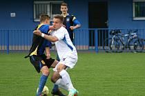 TŘEMI trefami zajistil náchodskému dorostu U19 vítězství nad Doubravkou Jan Havlena (v bílém).
