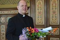 BOGUSLAW PARTYKA, který byl až do roku 2015 děkanem Římskokatolické farnosti v Náchodě, převzal ocenění od Kulturní a sportovní nadace města Náchoda za rok 2015.