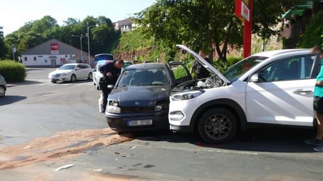 Srážka dvou aut skončila pomačkanými plechy.