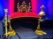 Výstava věrných replik korunovačních klenotů na zámku v Novém Městě nad Metují.
