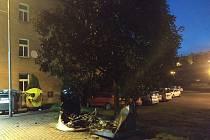 Tři kontejnery i přes veškerou snahu hasičů a strážníků zcela shořely, ale další dva byly zachráněny.