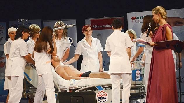 Deset finalistek soutěže a pacient Muž roku 2012 Robert Andrle, na kterém sestřičky předvedly svůj ošetřovatelský um.