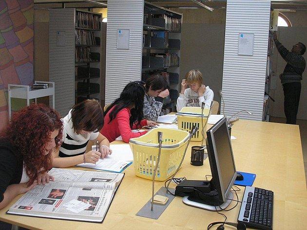 Studenti teplické hotelovky se ve skupinkách zamýšleli nad nelehkým osudem regionální spisovatelky, pracovali s textem tištěným i digitálním, a mohli si vyzkoušet i čtečku elektronických knih.