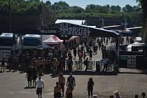 Metalový festival Brutal Assault opět nalákal do Josefova tisíce příznivců nejtvrdší hudby, a zdá se, že tak jak se šíří dobrá pověst hudební akce, je pevnostní městečko v době jejího konání stále plnější a těsnější.