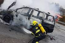 Autoservisu se nepodařilo vůz opravit ani uhasit