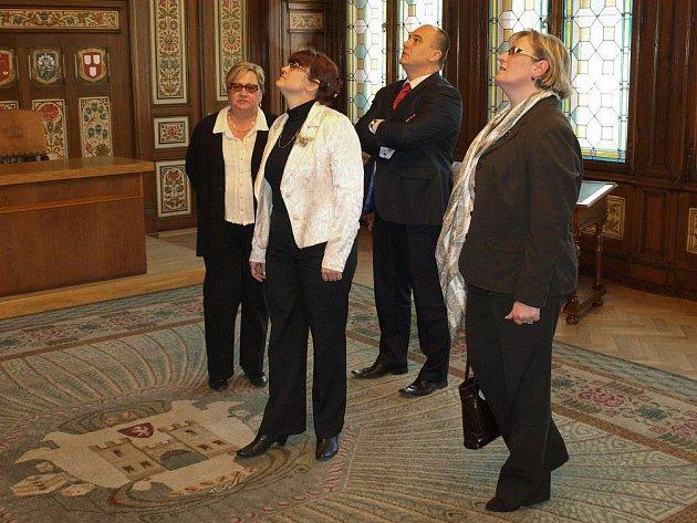 Europoslankyně Zuzana Brzobohatá a poslankyně Parlamentu ČR Vladimíra Lesenská si prohlédli obřadní síň náchodské radnice.