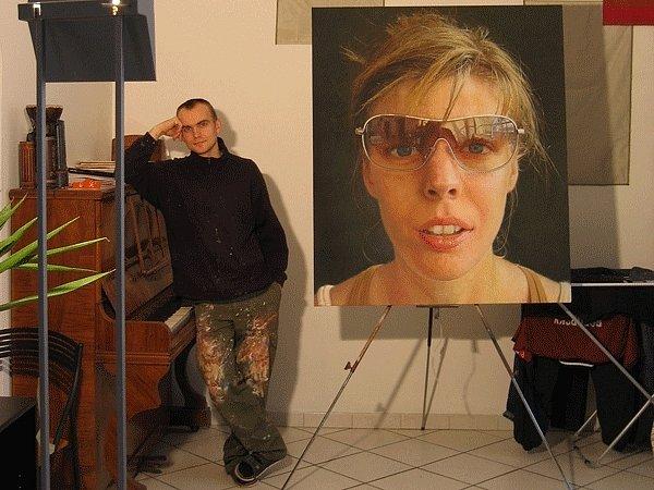 Hynek Martinec v ateliéru s portrétem své přítelkyně.