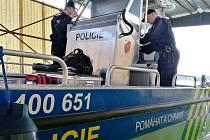 Rajon českoskalických policistů je bohatší o hladinu Rozkoše. Východočeské moře má rozlohu 800 hektarů. Proto policisté disponují i lodí, kterou kromě ostrých záchranných zásahů využívají i na kontrolu plavidel.