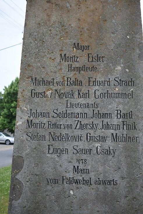 V upomínku na nešťastnou válku stojí na pozemcích obce pomníky.