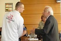 Michal Kužel dělal gangu řidiče a v jednom případě se účastnil i přepadení. Vpravo advokát Bohumil Olšar, který usiloval o jeho propuštění z vazby.