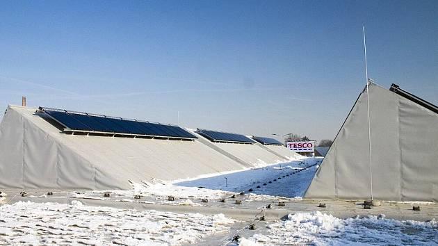 Solární korektory  na streše slouží v zimním období k ohřevu vody do topení a v létě je energie využívána ke chlazení.