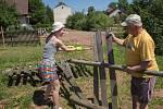 NA PROJEKTU SummerJob je zajímavá i mezigenerační výměna. Pochvalují si ji mladí dobrovolníci i starší lidé, kterým pomáhají.