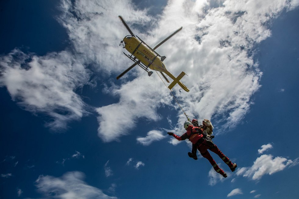 Dvoudenní výcvik, který se konal v oblasti Polických stěn na Broumovsku, měl za cíl procvičit záchranné práce ve skalním terénu, ať už s pomocí vrtulníku letecké záchranné služby, nebo bez něj.
