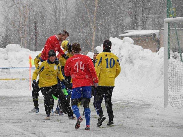 Náchodský útočník Radim Faltus se hlavou prosazuje ve skrumáži před brankou hradecké Olympie, gól z toho ale nebyl.