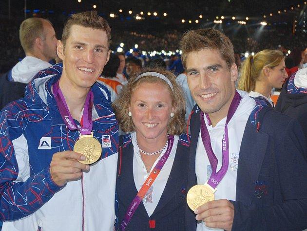 Triatlonistka Vendula Frintová po své levici s olympijským vítězem v moderním pětiboji Davidem Svobodou, po pravici pak se zlatým bajkerem Jaroslavem Kulhavým.