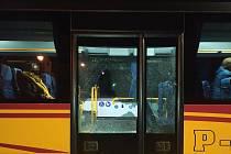 Poškozený autobus po střelbě.