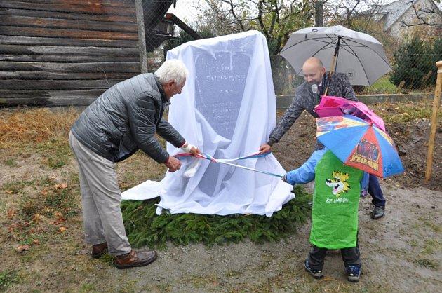 Ing. Milan Plhal (vlevo), který daroval obci kámen na zhotovení památníku u Lípy svobody, jej odhaluje společně s organizátorem akce Ondřejem Tikovským a nejmladší vlkovskou generací.Foto: Petr Voslař