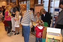 Šikovné ruce pro hospic Machovští školáci se velkou měrou podílejí na přípravách předcházejících otevření vlastivědné stezky.