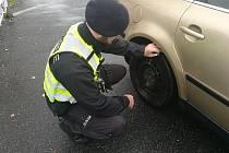 Policisté kontrolovali, zda již mají řidiči přezuto.
