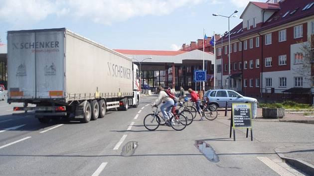 Na bývalém hraničním přechodu je hustý provoz. Tady se cyklisté s auty potkávají denně.