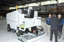 NOVÁ ROLBA na úpravu ledu poháněná elektřinou nahradila starý typ, který jedovatými zplodinami zamořoval halu.