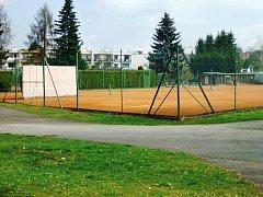 ZÁZEMÍ pro hráče a údržbu tenisových kurtů se zbourá a postaví nové. Plánuje se i rekonstrukce zázemí fotbalového stadionu.