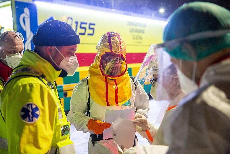 V úterý 9. února Záchranná služba se svým vozem Fenix převezla z Náchodské nemocnice část pacientů s COVID-19 do jiných nemocnic v republice.