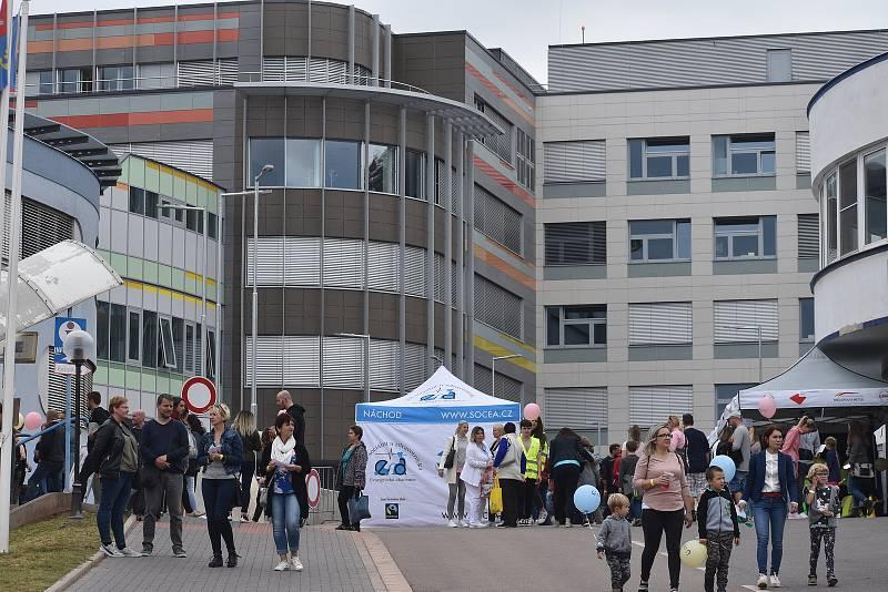 Bezmála dva tisíce lidí včera odpoledne zavítalo do areálu Oblastní nemocnice Náchod, který se na pár hodin proměnil v místo zábavy, zdravotní výchovy a prevence. Foto: Deník/Jiří Řezník