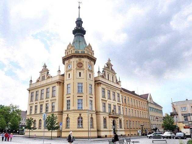 Budova základní školy z roku 1904, tvořící jednu z hlavních dominant náměstí v Hronově, se v loňském roce dočkala při rekonstrukci i nového šatu, fasády.