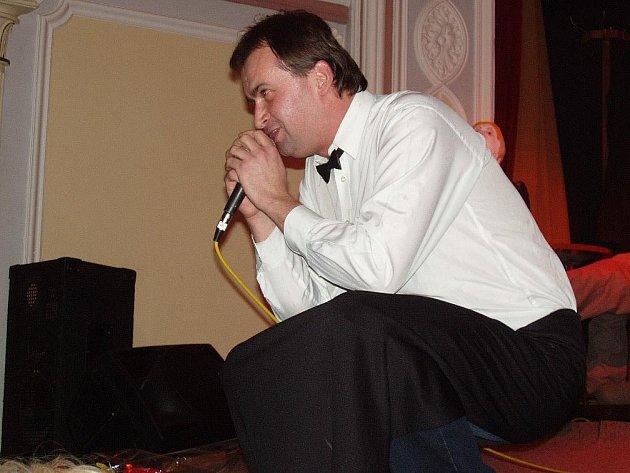 Novinář a literát Jaroslav Špulák při křtu své knihy Barman, za níž předloni obdržel Broumovskou literární cenu.