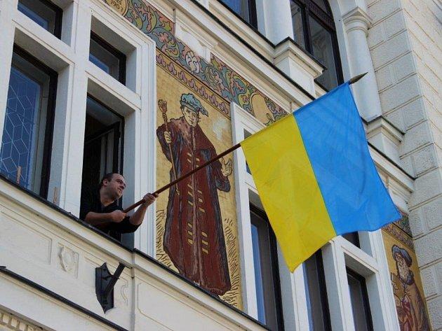 NA ZNAMENÍ solidarity s Ukrajinou rozhodla většina zastupitelů o vyvěšení vlajky.