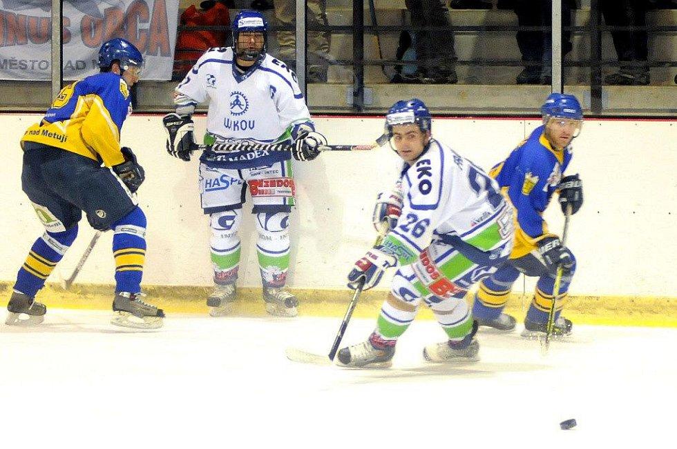 5e2007b401de8 Hokejisté Hronova (ve světlém) to na Nové Město umějí. V letošní sezóně ho