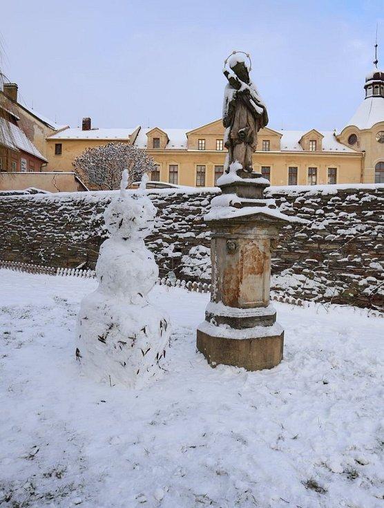 Sněhulák u Maloskalické tvrze připomíná Ferdu Mravence.