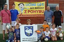"""PŘÍMĚSTSKÝ tábor v Broumově, který měl pod """"palcem"""" Milan Vítek (v černém), využilo ve dvou turnusech třicet dětí."""