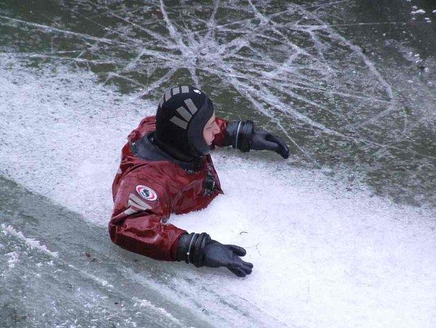 Potápění v pekelně ledové vodě.