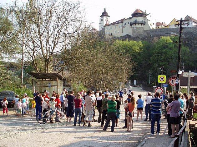 Více než 60 obyvatel ulic Rezecké a Na Hradčanech se  sešlo u Rezeckého mostu v Novém Městě nad Metují (na snímku), aby se zde domluvilo na způsobu protestu proti rozhodnutí odboru dopravy a silničního hospodářství novoměstské radnice.